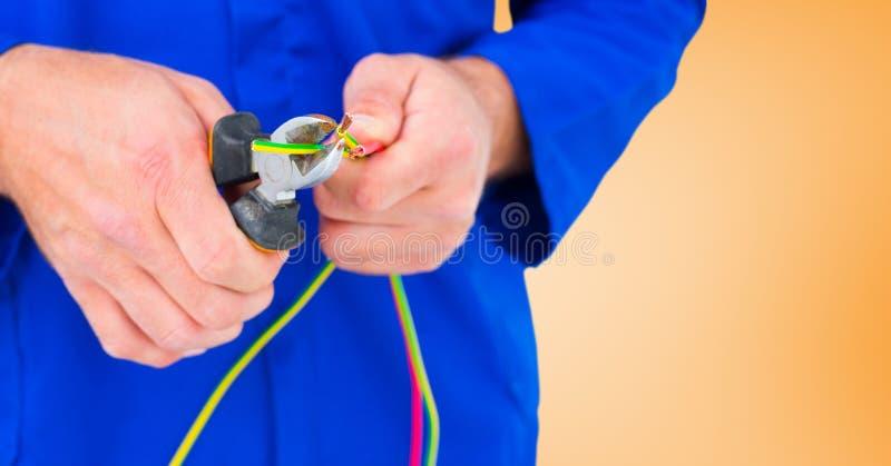 Mediados de sección del hombre práctico que corta el cable con los alicates libre illustration