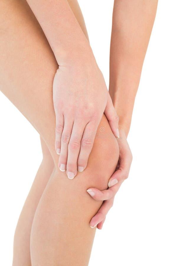 Mediados de sección del primer de una mujer con dolor de la rodilla foto de archivo libre de regalías