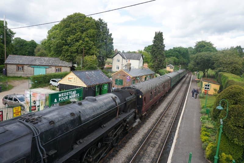 Mediados de vapor estación de Medstead ferroviario de Hants y de cuatro marcas imagen de archivo libre de regalías