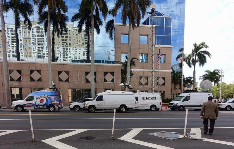 Medialny ciężarówki obwódki Broward zarządu szkołego budynek zdjęcie stock