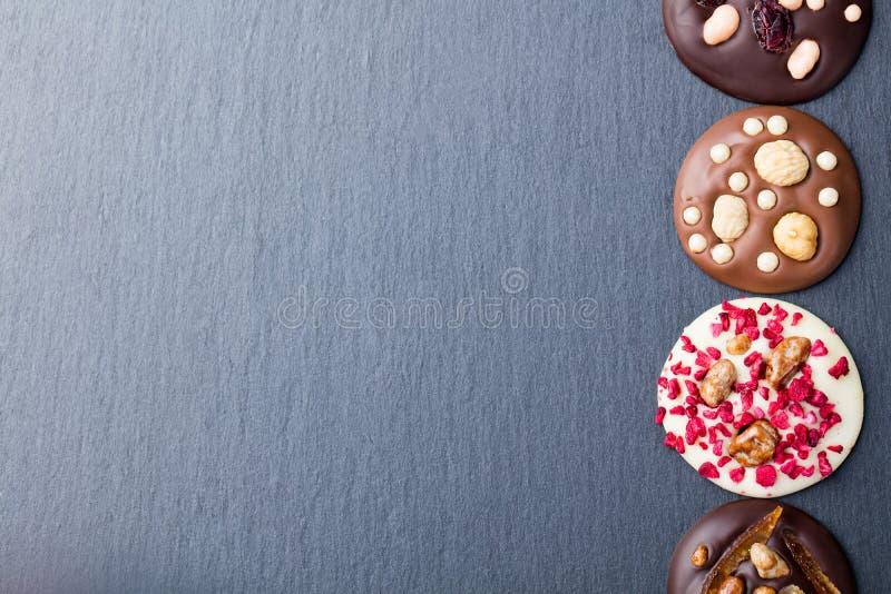 Mediants feitos a m?o luxuosos do chocolate, mordidas, doces Sobremesa francesa tradicional Fundo da ard?sia imagens de stock royalty free