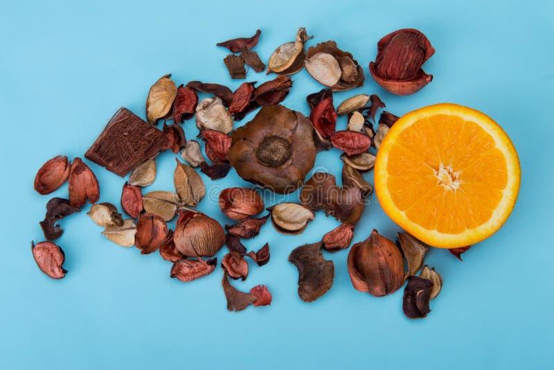 A medias anaranjado con las flores secas en fondo azul foto de archivo