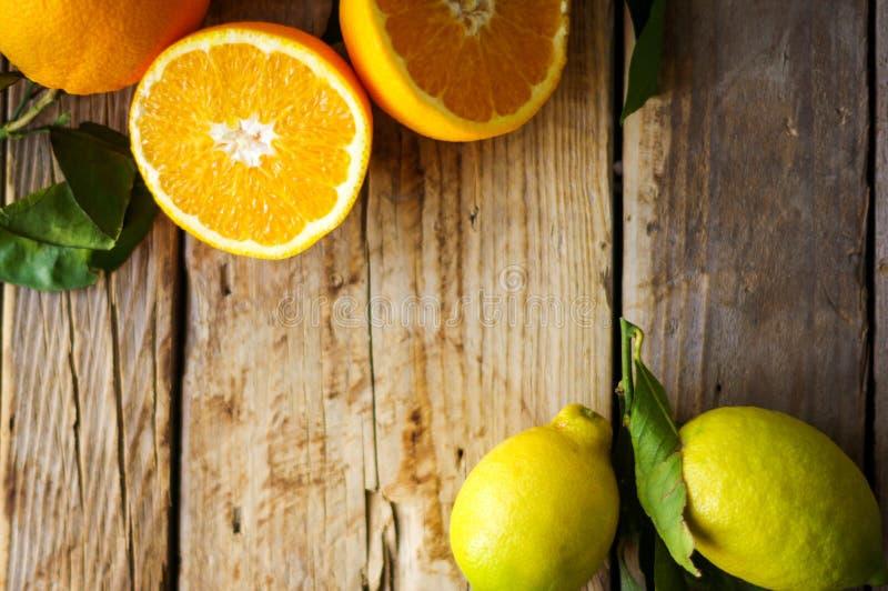 A medias anaranjado con licencia y limones en la tabla imagen de archivo libre de regalías