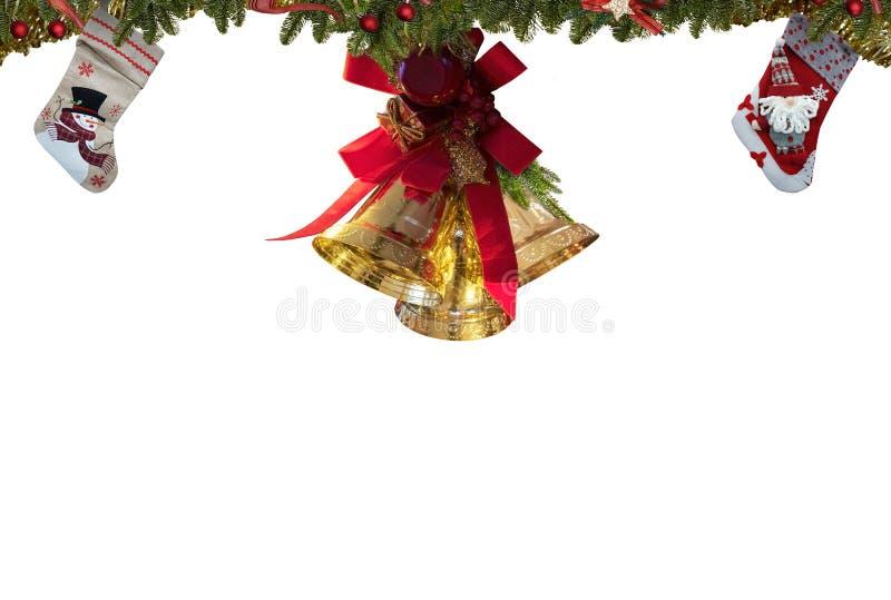 Medias de la Navidad, decoraciones de las campanas del oro, fondo blanco para el espacio de la tarjeta de felicitación para el te foto de archivo