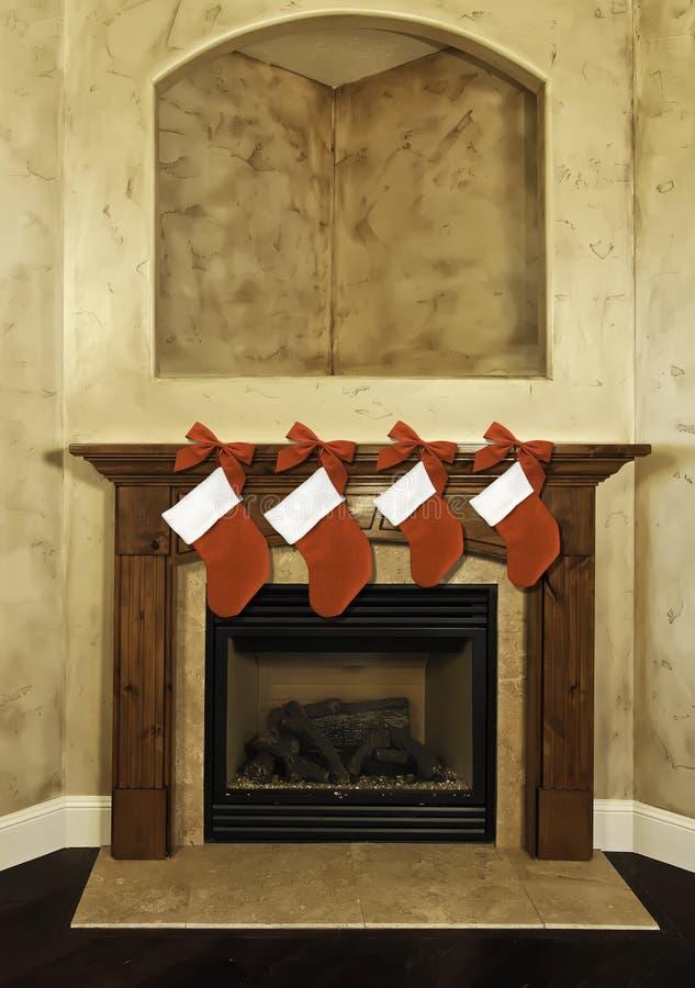 Medias de la Navidad en la chimenea foto de archivo libre de regalías