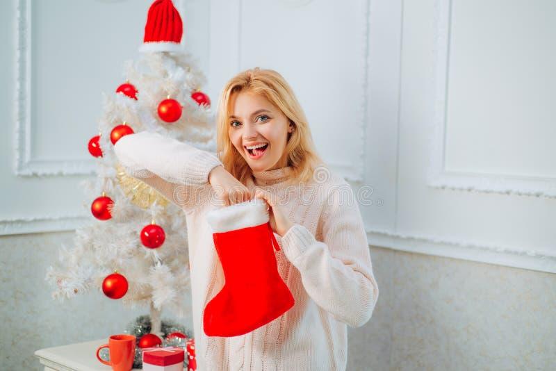 Medias de la Navidad Feliz Navidad y Feliz Año Nuevo Bandera de la Navidad Mujer con el calcetín de la Navidad foto de archivo libre de regalías