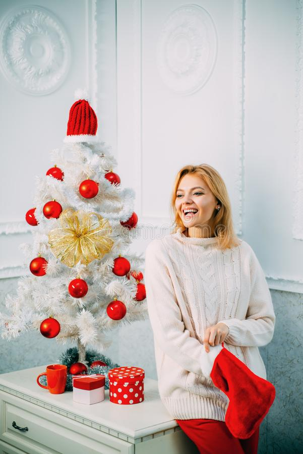 Medias de la Navidad Muchacha feliz que se prepara para celebrar Año Nuevo y Feliz Navidad Suéter hecho punto por el Año Nuevo fotos de archivo