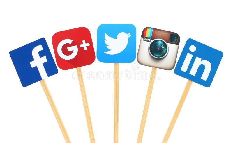 Medias muestras sociales populares del logotipo impresas en el papel, cortado y pegar en el palillo de madera fotos de archivo