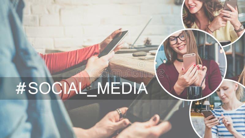 Medias sociaux Plan rapproché de smartphone et de comprimé numérique dans des mains des jeunes femmes s'asseyant à la table en ca images stock