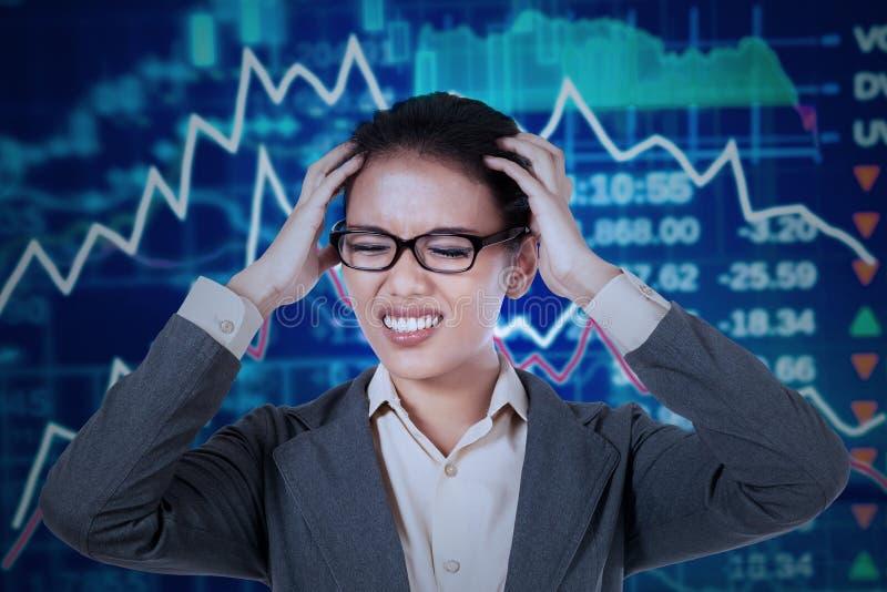 Mediatore frustrato con il mercato azionario di crisi fotografia stock