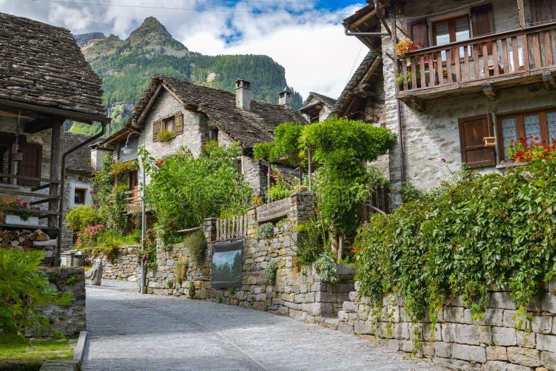 Mediaval by av Sonogno på slutet av Val Verzasca i Schweiz fotografering för bildbyråer