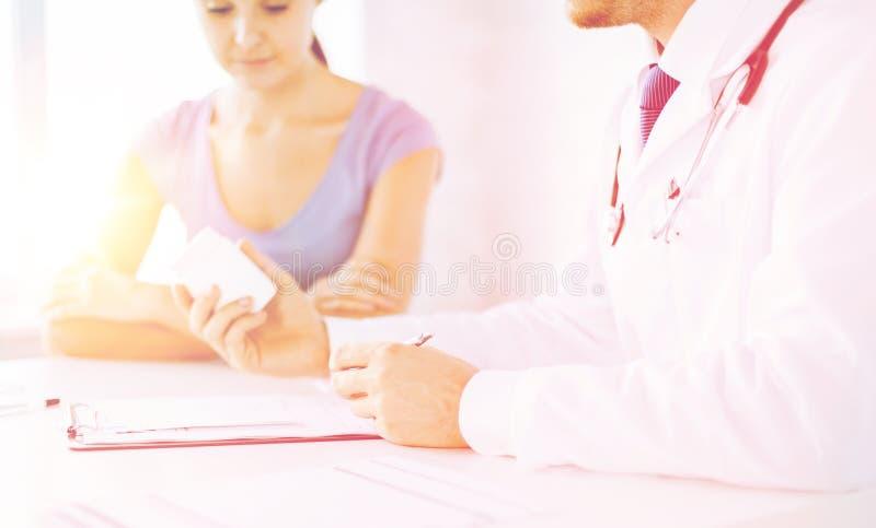 Medicación que prescribe del paciente y del doctor imágenes de archivo libres de regalías