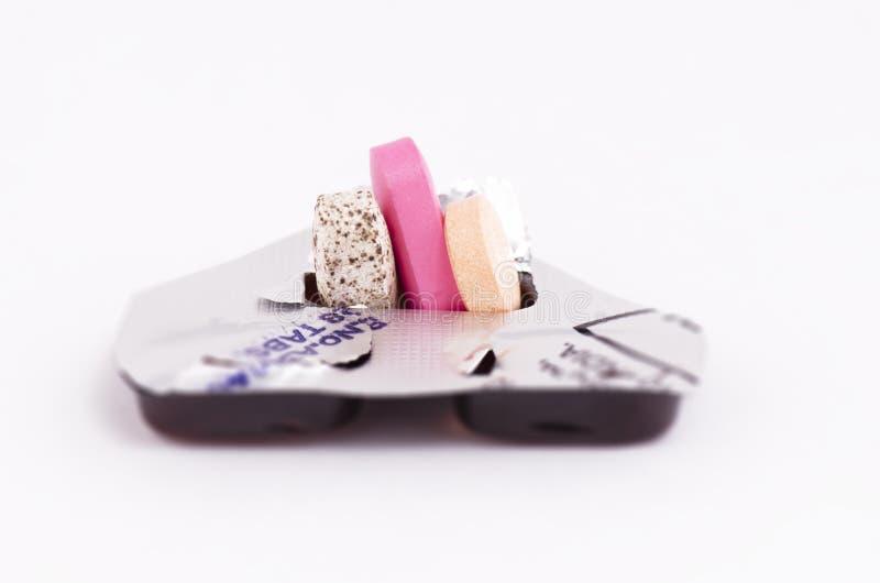 Medicaciones coloridas en un fondo blanco fotografía de archivo libre de regalías