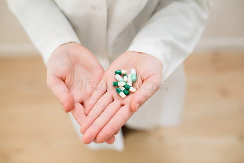 Medicaciones en las manos imagen de archivo