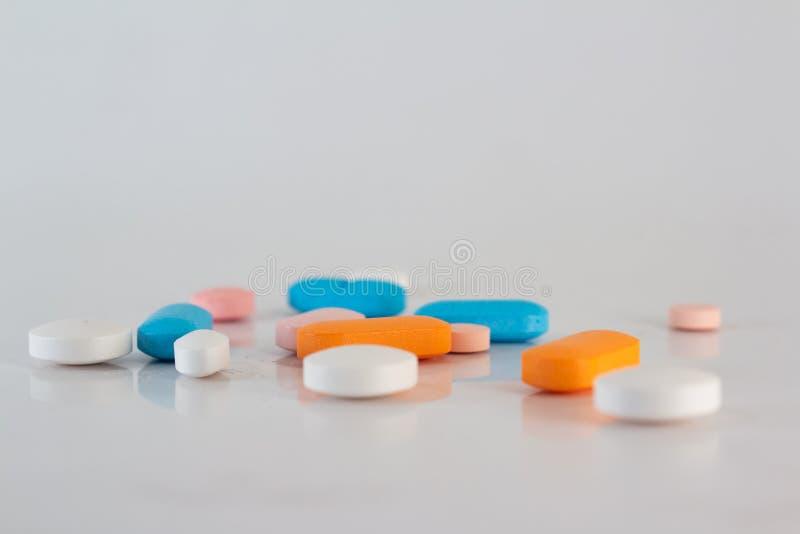 Medicaciones o drogas numerosas de diversos colores foto de archivo libre de regalías