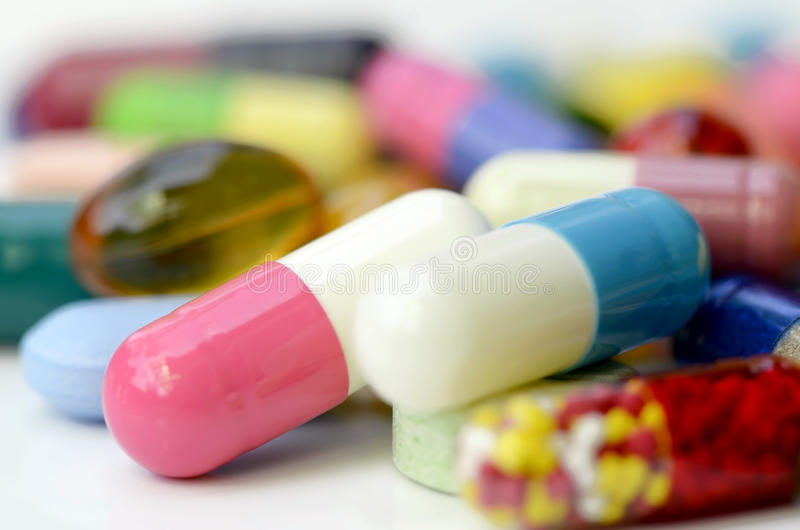 Medicaciones orales en el fondo blanco imagenes de archivo