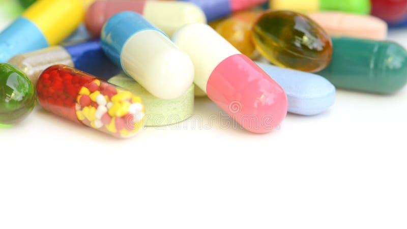 Medicaciones orales en el fondo blanco imagen de archivo