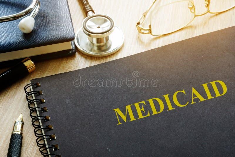 medicaid Dokumente, Stift und Stethoskop lizenzfreie stockfotos