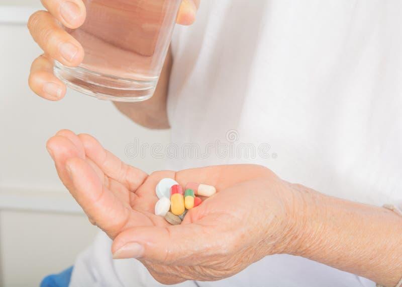 Medicamentação disponível e um vidro da água imagens de stock royalty free