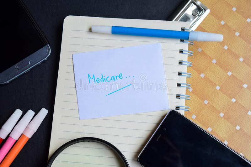 Medicare-Wort geschrieben auf Papier Medicare-Text auf Arbeitsbuch, Technologiegeschäftskonzept stockbild