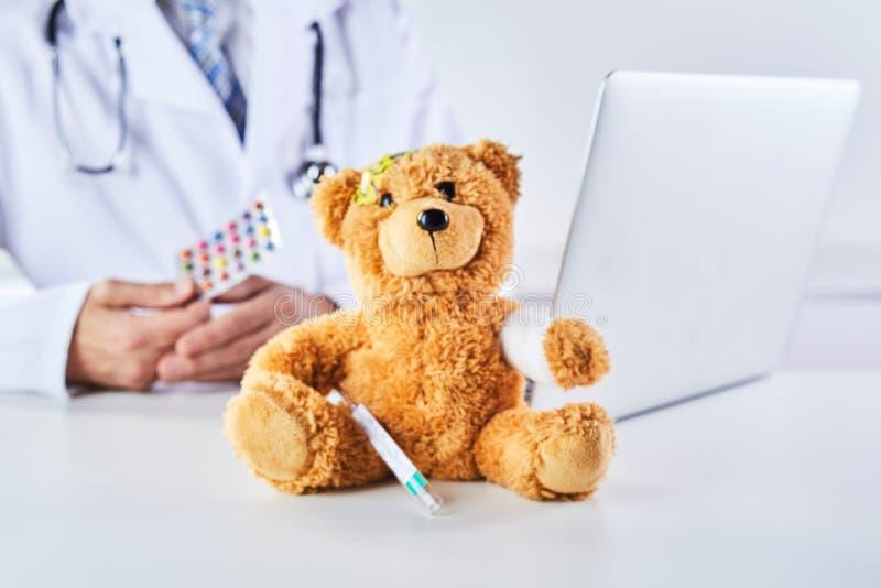 Medicating nallebjörn för doktor i pediatriskt begrepp royaltyfria foton