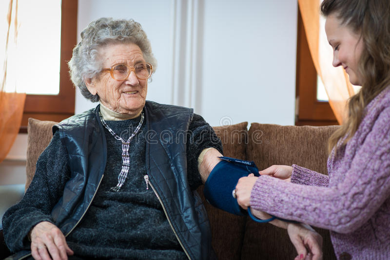 Medición de la presión arterial foto de archivo