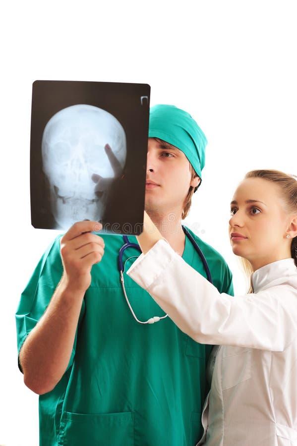 Medici che esaminano raggi X immagini stock libere da diritti