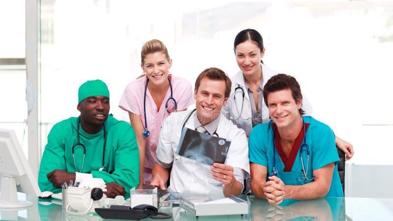 Medici che osservano i raggi X immagine stock