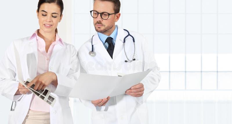 Medici con le cartelle sanitarie, concetto di consulto fotografia stock libera da diritti