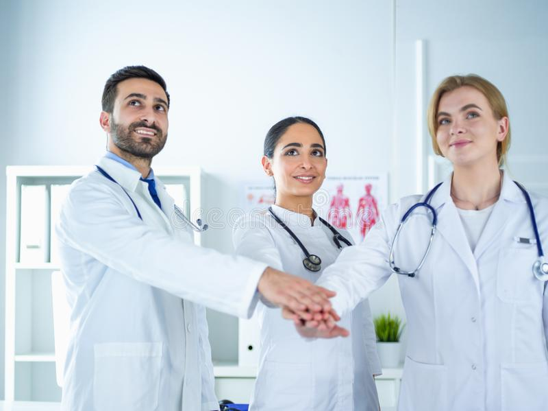 Medici e gli infermieri coordinano le mani Lavoro di squadra di concetto in ospedale per il lavoro e la fiducia di successo in gr immagine stock