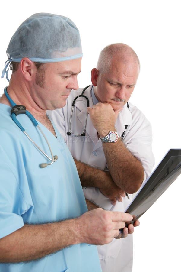 Medici interessati con i raggi X immagini stock libere da diritti
