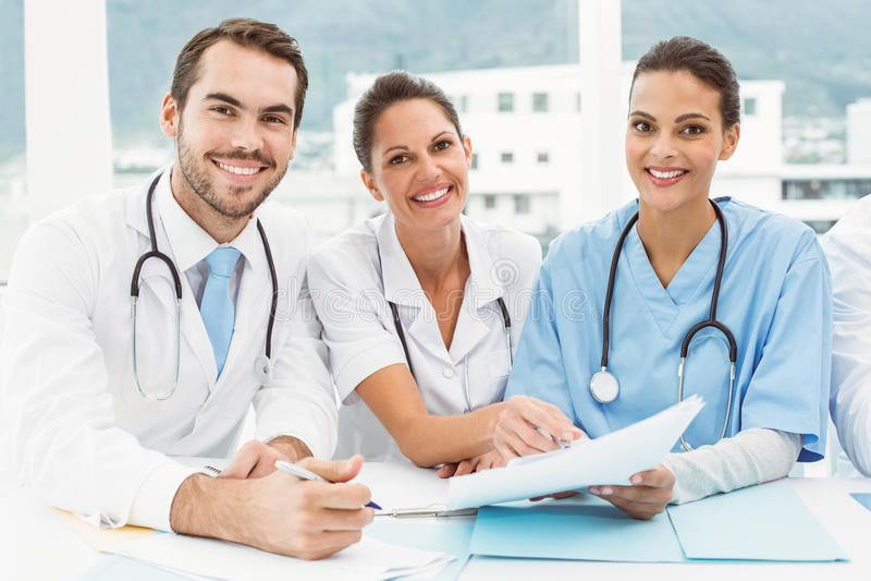 Medici maschii e femminili che lavorano ai rapporti immagini stock libere da diritti