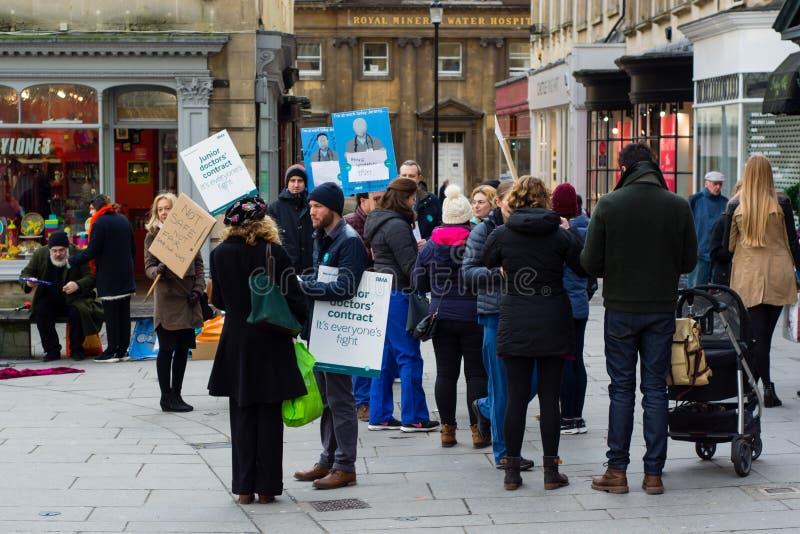 Medici minori impegnano il pubblico mentre in sciopero nel bagno immagine stock libera da diritti