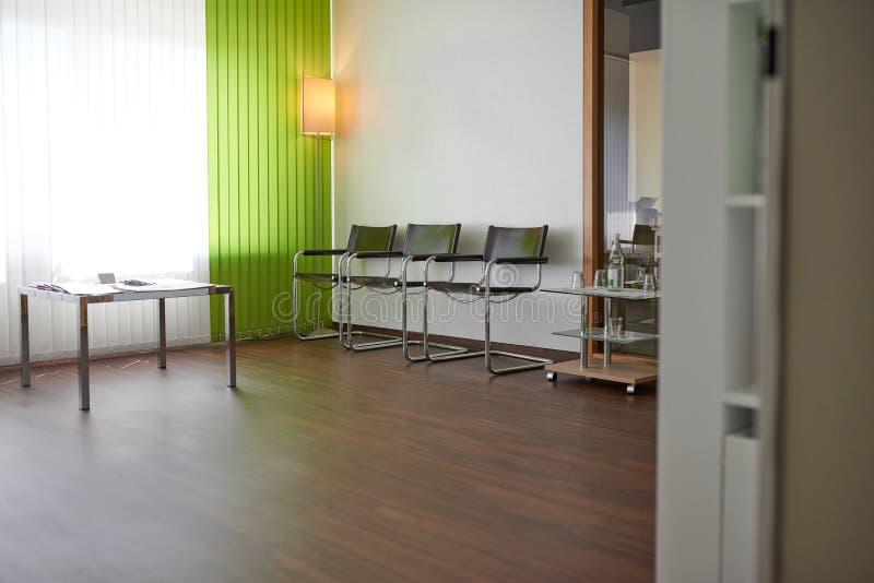 Medici o i dentisti svuotano la sala di attesa fotografia stock