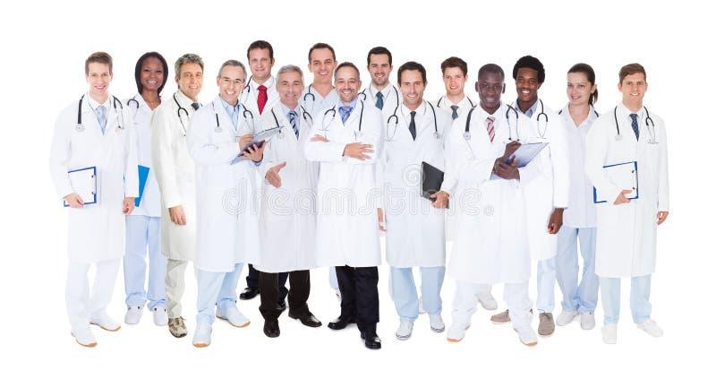 Medici sicuri contro fondo bianco fotografia stock libera da diritti