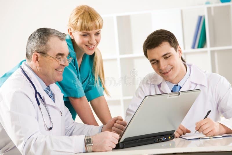 Medici sul lavoro immagine stock