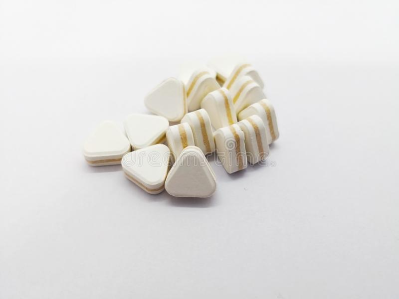 Medicijnconcept Vele driehoeks witte pillen zijn gebruikte antacida, royalty-vrije stock afbeelding
