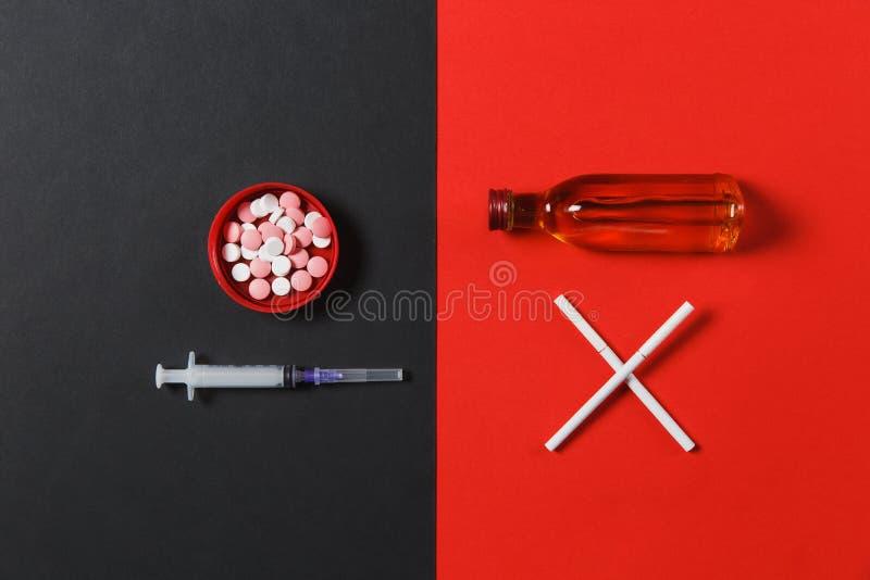 Medicijntabletten op kleurenachtergrond Concept gezondheid, behandeling, keus, gezonde levensstijl royalty-vrije stock foto