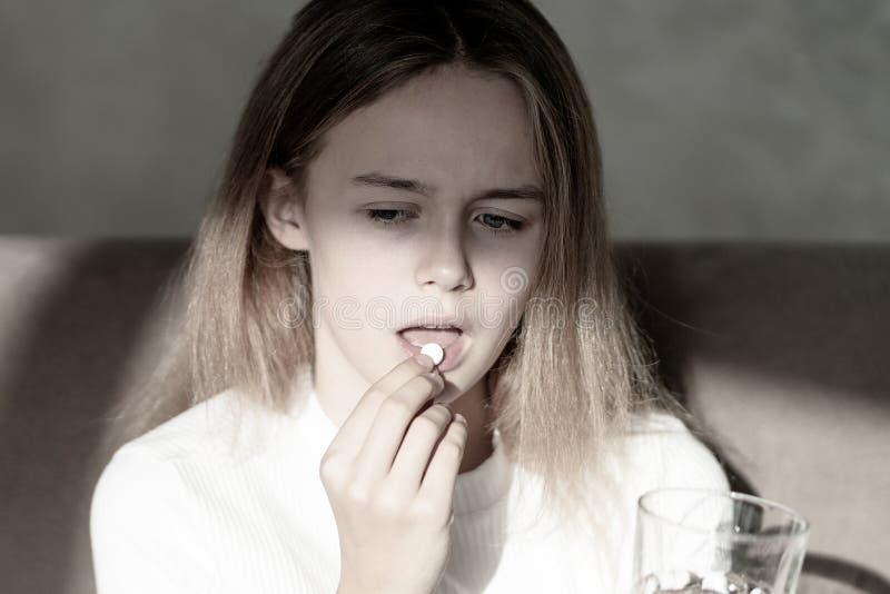 Medicin, h?lsov?rd och folkbegrepp - som ?r n?ra upp av kvinnan som tar i preventivpiller arkivbild