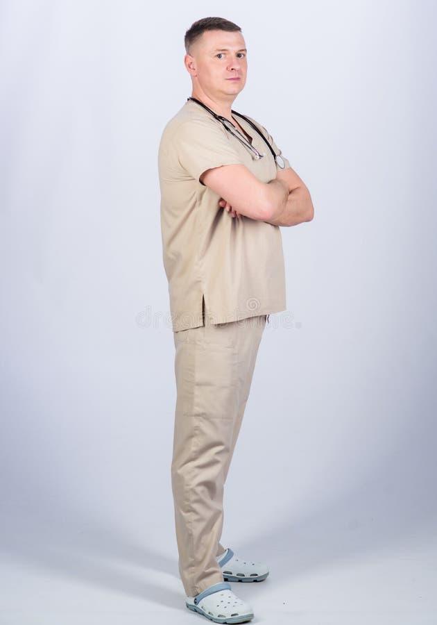 Medicin och h?lsa S?ker doktor med stetoskopet r Familjdoktor man i l?karunders?kning arkivbild