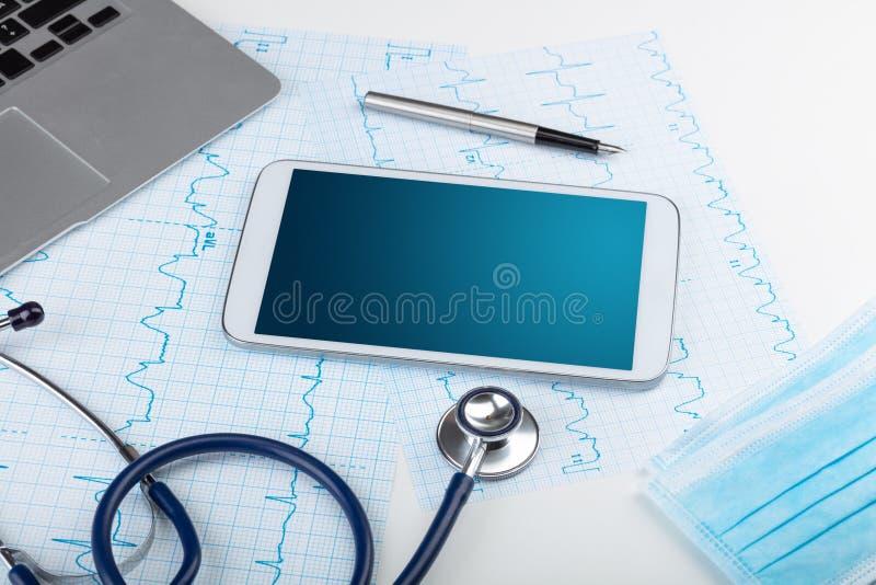 Medicin och modernt teknologibegrepp med copyspace p? minnestavlan royaltyfri illustrationer