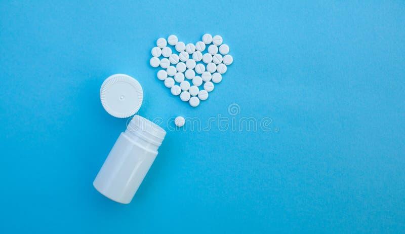 Medicin-, sjukv?rd- och apotekbegrepp - piller och av droger i form av hj?rtan fotografering för bildbyråer