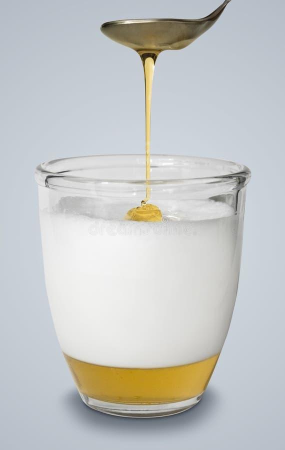 Medicina alternativa de la gripe de la miel y de la leche caliente foto de archivo libre de regalías