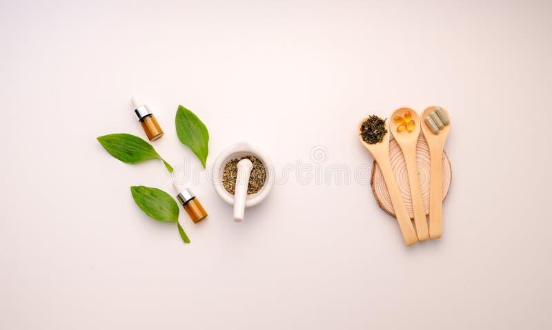 Medicina alternativa de la hierba con herbario el natural orgánico en el laboratorio cápsula del aceite, orgánico natural nutrici foto de archivo