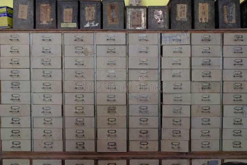 Medicina d'annata del gabinetto di catalogo o dell'armadio farmaceutico con il parti fotografie stock libere da diritti