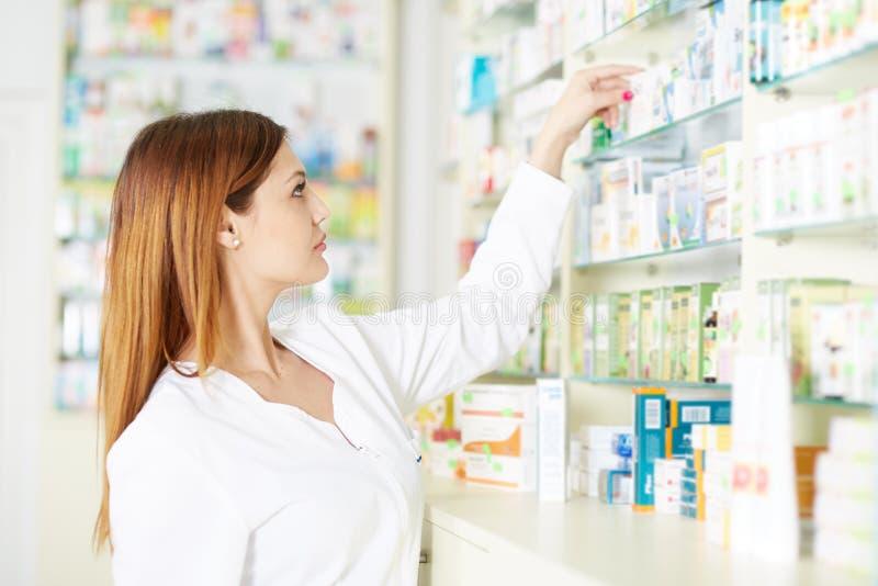 Medicina da colheita da mulher do farmacêutico fotos de stock