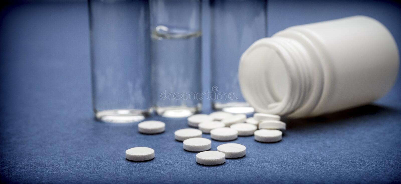 Medicina de algunos frascos con los pastilllas blancos fotografía de archivo libre de regalías