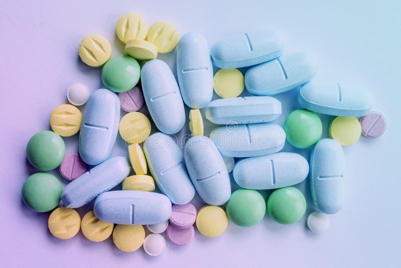 Medicina de la mezcla del color del montón de las píldoras de las tabletas médica foto de archivo libre de regalías