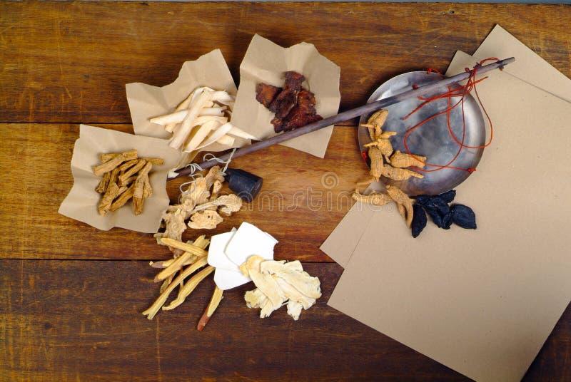 Medicina di erbe cinese con priorità bassa di legno immagine stock libera da diritti