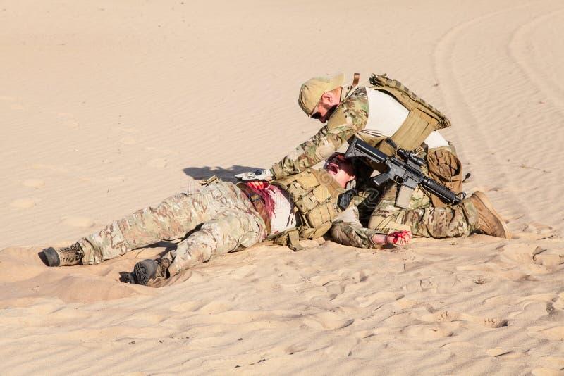 Medicina do campo de batalha no deserto foto de stock royalty free
